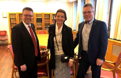 STORT ENGASJEMENT: Stortingsrepresentantene Ulf Leirstein (Frp) og Ingjerd Schou (H) samt ordfører Thor Edquist er her samlet i Justisdepartementet i forbindelse med møtet om Kypros-saken.