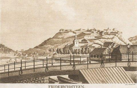 GATELYKTER.: Dette bildet av «Friderichsteen» viser litt av byen som den så ut før bybrannen i 1826. Vi ser den gamle Immanuelskirken og laftehus i sentrum. Merk lyktene på bybrua. Akvatint av Heinrich August Grosch