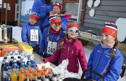 SKIJENTER: Dei blide arrangørjentene Eirunn Hagen, Vårinn Hagen, Sunniva Hagen, Mathilde Hagen og Brigitte Krohn Runnane var både bak salsdisken og på startstreken i 2015.