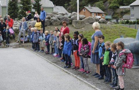 1A: Elevane i årets 1A ved Odda barneskule, saman med rektor Lill Brekke og kontaktlærar.