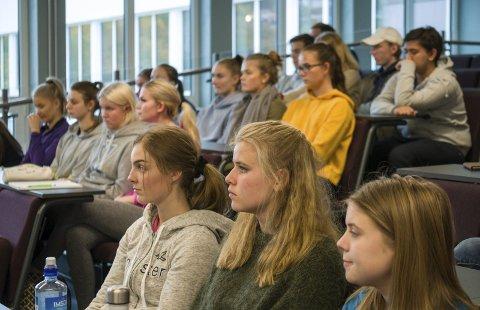 Engasjerte: Dei frammøtte elevane var både engasjerte og godt førebudde.