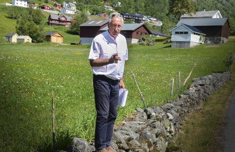 Oddbjørn Lynghammar: Han har mange gode historier. Her fortel han om Helge Ura då han leia bygdevandring under pilegrimsstemnet i 2015.Arkivfoto: Eli Lund