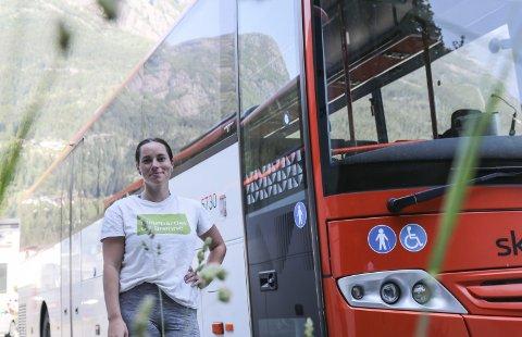 Buss:  Rachel Tapio har sjølv ikkje sertifikat, og ser viktigheita av eit godt kollektivtilbod. Foto: Synnøve Nyheim