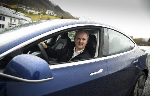 Jon Gunnar Dale og Kinsarvik Taxi kjøpte sin fyrste elbil hausten 2019. Om fire år skal alle drosjar i Hordaland for inntil ni personar ha null utslepp av CO2.  Foto: Eli Lund
