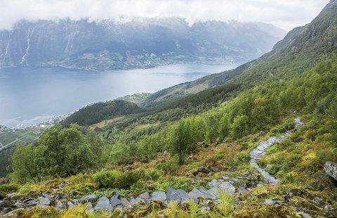 Munketreppene På Lofthus: Nennsom restaurering av ferdselsvei til fjells. Takk være sherpaer. Foto: Svein Nord
