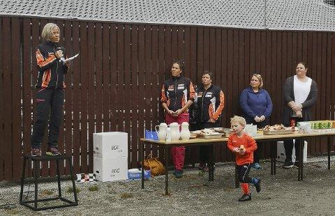 Opningstale: Laila Espe Angell, leiar i Skare Idrettslag, takka alle aktørar som har bidrege til den flotte nye kunstgrasbanen. – Det har vore ein heilt formidabel innsats av veldig mange for å få dette til, sa Angell. Foto: Gunbjørg Løyning