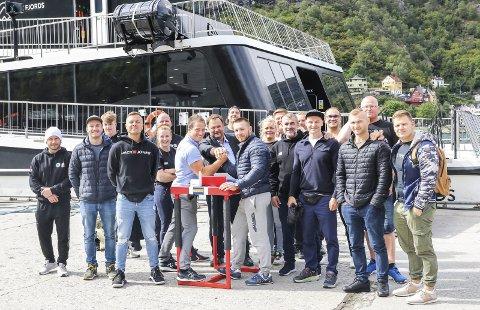 Åpnet med fjordcruise: Flere av deltakerne var fredag formiddag på cruise med «Vision of the Fjords». Etterpå ble det en aldri så liten demonstrasjon på kaia med ordføreren som dommer. Foto: Inga Øygard jaastad