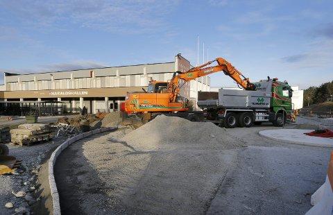 UTBEDRER: Anleggsarbeidet ved Haraldshallen skal være avsluttet i løpet av november.