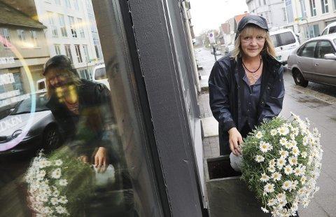 ETTERLYSER KVINNE: Her er Elin Espeland avbildet for noen år siden. da forbipasserende stjal plantene utenfor salongen. Nå er plantene utsatt for hærverk, men Espeland er mest opptatt av å komme i kontakt med kvinnen som ryddet opp.