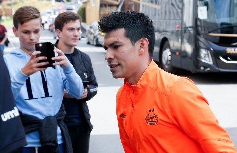 PÅ VEI BORT: Hirving Lozano, er på vei inn på Haugesund stadion i forrige uke, er på vei bort fra PSV.