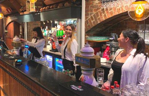 ÅPNET I HELGEN: Tre blide servitører var klare til å ta imot gjester, da Haugesunds Avis stakk innom ved åpningstid sent lørdag kveld. Fra venstre Karolina Tyszkiewicz, Paulina Szewczyk og Helene Johannessen.