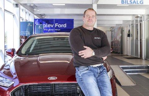 VISER VEI: Daglig leder Sverre Storvik i Bilfokus økte omsetningen med 23 millioner i 2015. Sammen med resten av bilbransjen er det de som er store vinnerne i handelsbransjen i Mosjøen i fjor. Foto: Vegard Olsen