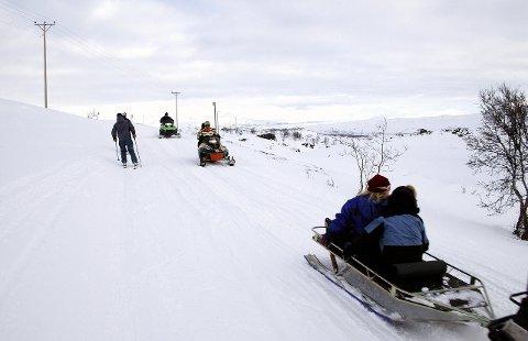 ÅPNING: I løpet av ei ukes tid, regner Asgeir Almås med at løypenettet for snøskuter i Hattfjelldal åpner. Arkivfoto