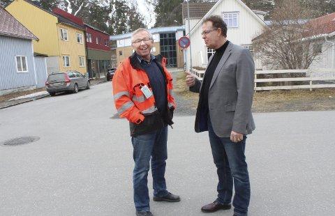 Optimister: Jan Øystein Nilsen (t.v.) i Entretpretor AS og styreleder Håkon Johansen i Mosjøen næringsforening er glade over planene for nye byggeprosjekt. Det foreligger for eksempel flere planer for deler av kvartalet til venstre i bildet. Foto: Jon Steinar Linga