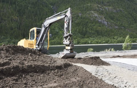 Parkanlegg: Det jobbes for fullt i den nye parken ved Alcoa. Maskiner fra KNAS skal være ferdige en av de nærmeste dagene. Foto: Svein Sjølie