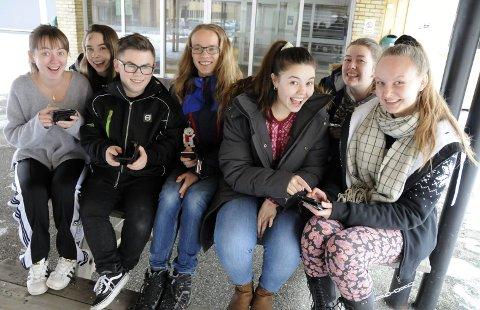 NETTE LØSNINGER: Vennegjengen fra musikklinja ved Mosjøen videregående skole klikker seg fort gjennom handlelista. Fra venstre Pauline Grønfjell (18), Rebekka Almås (19), Sander Moby Røreng (18), Trygve Mikalsen (18), Jenni Wiik-Søttar (18), Thea Maageng Nordås (19) og Amalie Kummernes (19).