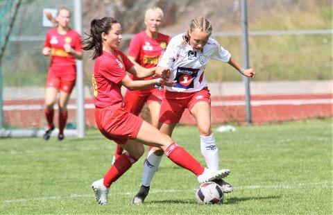 Maja Jensen Aanes (i hvit drakt) og de andre Halsøy-spillerne har fått en kjempegod start på Norway Cup-oppholdet.