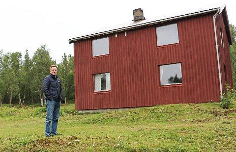 LETTET: Nils Johan Jacobsen vil fortsatt få strøm til fjellgården i Hattfjelldal. - Ei god framtid uten strøm ville blitt vanskeligere, sier han.