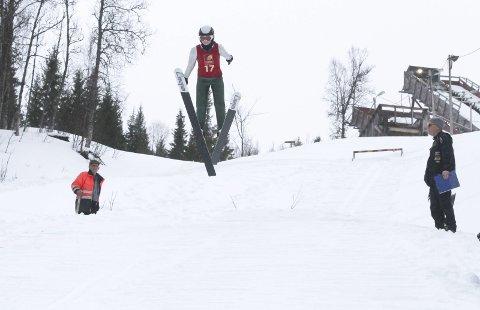 SATSER ALENE: Regina Nilsskog var den eneste som hoppet i K20. Hun og farfar Kolbjørn Nilsskog (t.v.) er ofte i Storhaugen alene og trener.  Foto: Per Vikan