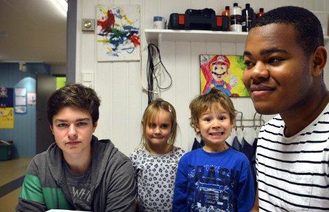 Leker sammen: Fra venstre: Daniil Savchuk, Hanna og Matias (begge 5) og Basse Johnson trives i hverandres selskap. Hanna og Matias liker at Daniil og Basse har begynt å jobbe i barnehagen.