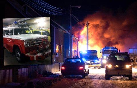 En person mistet livet i en brann i Vinkelgata i Vardø lørdag ettermiddag 3. desember. Brannbilen i hovedbildet, fra 1982, fikk motorhavari under aksjonen. Innfelt en Dodge fra 1969 som må være vikar inntil Vardø kommune får kjøpt inn en ny.