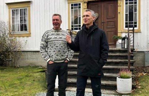 MANGE SPØRSMÅL: - Mange har spurt meg om genseren jeg hadde på meg under pressekonferansen med Jens Stoltenberg i dag. Det er Finnmarksgenseren som ho mamma har strikka til meg, skriver Frank Bakke-Jensen på sosiale medier, hvor han har lagt ut dette bildet.