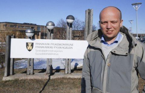 TVANG: Sp-leder Trygve Slagsvold Vedum mener det er tvang å slå sammen Troms og Finnmark. Finnmark skal bestå som egen fylkeskommune, skiltet i bakgrunnen skal ikke få et annet navn, mener han.