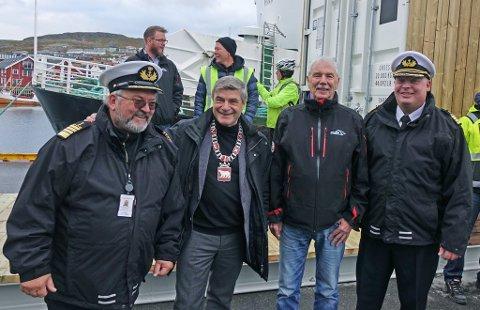 SKRYTER: Ordfører Alf E. Jakobsen skryter av Hammerfest havn. Fra venstre: Havnedirektør Per-Åge Hansen, ordfører Jakobsen, havnestyrets leder John Wahl, og havnekaptein Jon Helge Løkke.