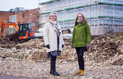 EN GLEDE Mia Krogh og Monica Milch Gebhardt syns det er gledelig at byggeprosjektet er i rute, spesielt i med tanke på den krevende tiden som hele samfunnet er i.