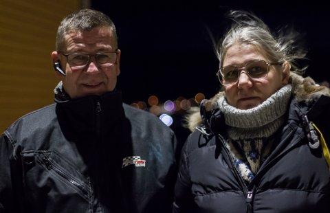 STREKKER UT EN HÅND: Johnny Hildonen og Anita Bakken syns det er naturlig å strekke ut en hånd til dem som trenger det, og har huset mange i sitt hjem gjennom årene.