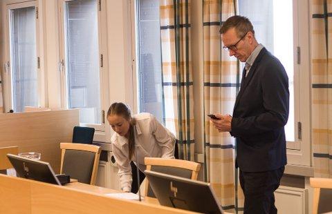 Advokat Vilde Antonsen og rådmann i Båtsfjord kommune, Trond Henriksen.