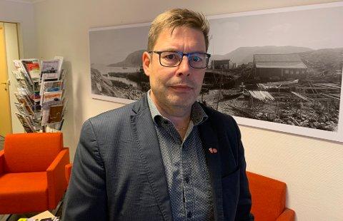 STENGER NED: - Vi stenger utesteder og fritidsklubber. Vi begrenser besøk på sykehjem og på Coop Prix blir det begrenset adgang, sier ordfører Bernth R. Sjursen.