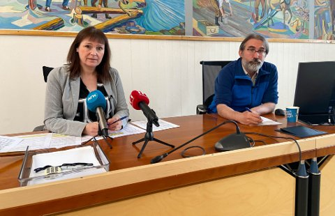 INFORMERER: Ordfører Monica Nielsen og kommuneoverlege Peder Halvorsen, her avbildet på en av kommunens tidligere pressekonferanser.