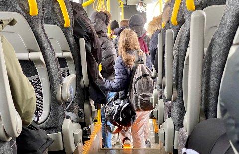 LEDIGE SETER: Selv om det var ledige seter, var det mange av passasjerene som samlet seg i klynger.
