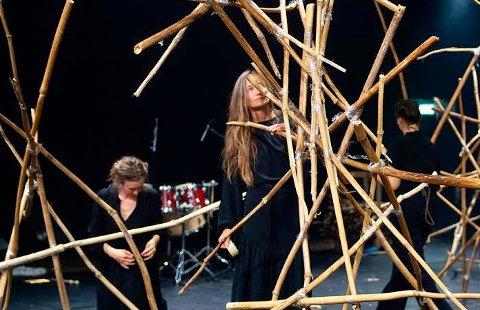 VIKTIG DEL: Stykkets scenografi er laget av tromsøpalmer, og er en sentral del av forestillingen, forteller Liv Hanne Haugen.