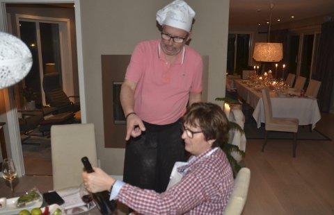 «LIVETS VANN»: Vinkjenner og vert Arne Lars Orderud forklarer Hilde Kjustad litt av hvert om vinen som skal inntas til suppene.