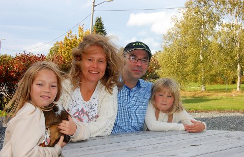 HER TRIVES VI: Familien samlet ute på gårdsplassen. Fra v.: Emma, Elin Kollerud, Francisco Casparros og yngstedatter Henny.