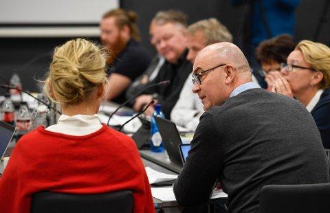 STYREMØTE: Administrerende direktør Hulda Gunnlaugsdóttir (med ryggen til) og styreleder Dag Hårstad.  Mellom de to skimtes ansattrepresentant i styret Dag Christian Johansen.