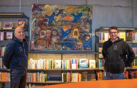 BILLEDKUNST: Kulturkonsulent Svein-Harald Carlsen og kultursjef Odd Arnold Skogsholm har jobbet med å lage en digital oversikt over kunsten som eies av Alstahaug kommune.