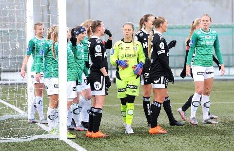 NOEN KAN GHELDIGVIS SPILLE: Fra venstre ser vi Mille Aune, Marie Hella Andresen, Tuva Hansen, keeper Adelaide Gay og Marthine Østenstad.
