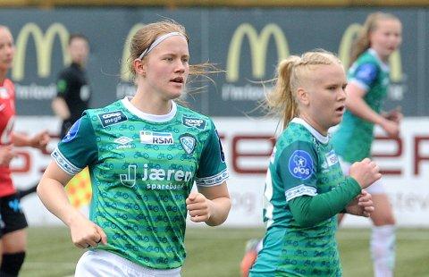 BRUTALT: Akademispiller Cecilie Mjelde (t.v.) og Julie Austdal var midtstoppervikarer mot det mestscorende laget i Norge. Helene Broch i bakgrunnen.