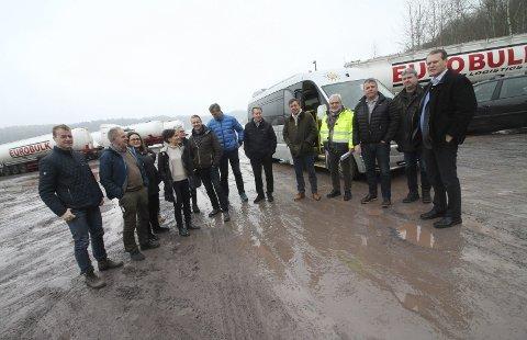 Styringsgruppa for plasseringen av en ny tømmerterminal på befaring i Mulvika.