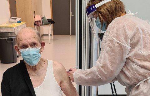 FÅR TILBUD OM ENDA EN DOSE: Kåre Syltevik (100) var den første av kommunens eldste hjemmeboende som fikk koronavaksinen. Nå får han og alle andre over 65 år tilbud om en tredje dose.