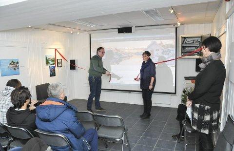 Nytt tilbud: Kultursjef Harald Bothner og biblioteksjef Astrid Laland åpner det nye filmrommet i Kragerø bibliotek.
