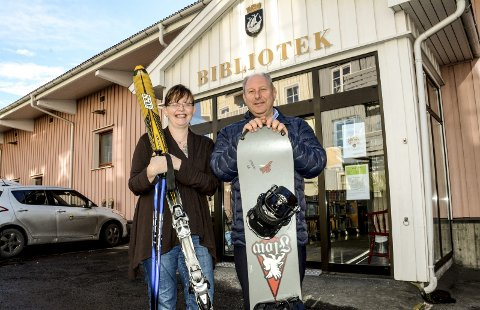 Klare for tur: Sonja Rismoen og Roger Randahl utenfor Kragerø bibliotek, som har skiutstyr som lånes ut gratis. Årets skitur til Gautefall alpinsenter som Skagerrak Sparebank arrangerer er i år lørdag 4. mars.