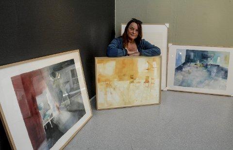I et hjørne: Kari Kolltveit bak bilder hvor stoler utgjør viktige momenter i komposisjonen. Bildet til venstre heter «Elg i stolnedgang».