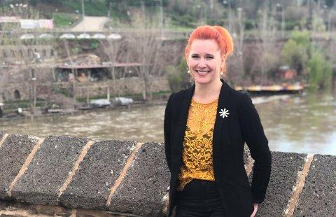VALGOBSERVATØR: Charlotte Therkelsen Sætersdal har fulgt lokalvalget i Kurdistan. Her med elva Tigris i bakgrunnen. Klikk på pilen eller sveip for å se flere bilder.