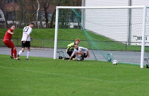 Rosendal-målvakt Ola Teigland Hunstad og Kjetil Helvik har begge hamna på «ræv» og må berre sjå ballen trilla i mål.