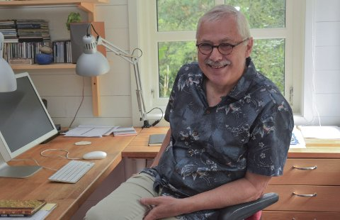 JUBILANT: Lars Amund Vaage (67) frå Sunde har vore forfattar i 40 år. Her sit han i skrivestova si i Våge, staden han skriv mest og best.