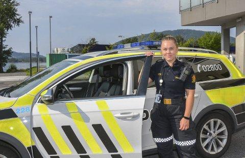 Charlotte Rasmussen (26) frå Bergen er nyutdanna politi, og har sommarjobb ved Kvinnherad lensmannskontor.